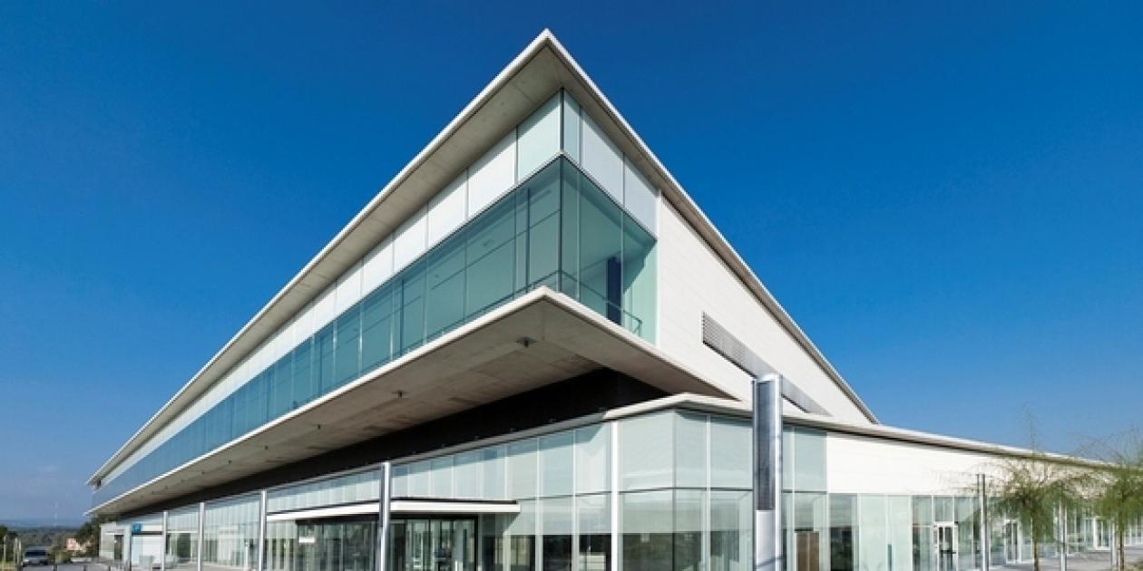 SISTEMA DE INTEGRACIÓN ARQUITECTÓNICA: Alero fotovoltaico de 10 kW en la fachada sur del Hospital de Mollet